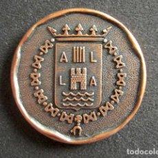 Trofeos y medallas: MEDALLA CONMEMORATIVA DIEZ AÑOS SERVICIO BANCO ALICANTE. Lote 76839343