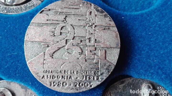 Trofeos y medallas: 8 medallas conmemorativas Diocesis Asidonia Jerez 1980 2005 - Foto 12 - 78938257