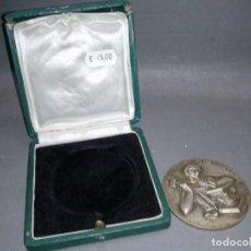 Trofeos y medallas: 918- MEDALLA OBRA SINDICAL ARTESANÍA UNS ( CAJA ORIGINAL) 6.5 CMS. Lote 82396116