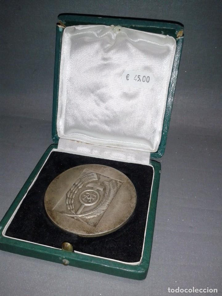 Trofeos y medallas: 918- MEDALLA OBRA SINDICAL ARTESANÍA UNS ( CAJA ORIGINAL) 6.5 CMS - Foto 3 - 82396116