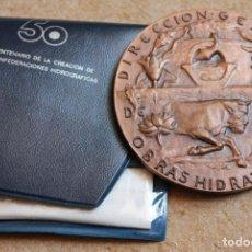 Trofeos y medallas: MEDALLA CINCUENTENARIO DE LA CREACIÓN DE LAS CONFEDERACIONES HIDROGRÁFICAS. JULIO L. HERNÁNDEZ.. Lote 83119940