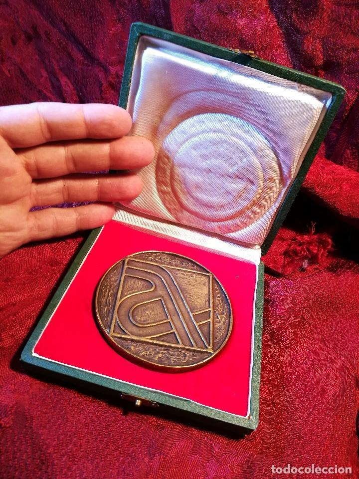 Trofeos y medallas: MEDALLA BRONCE CONMEMORATIVA INAGURACION TRAMO BARCELONA GERONA AUTOPISTA MEDITERRANEO AP-7 1971 - Foto 13 - 85164168