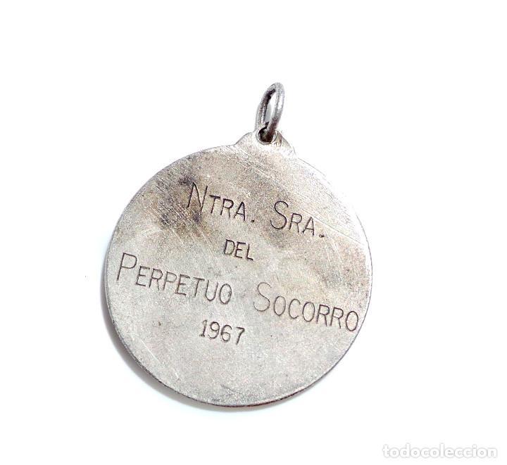 Trofeos y medallas: MEDALLA FUTBOL - JUGADOR DE FUTBOL CON VICTOR EN LA MANO DETRAS NUESTRA SEÑORA DEL PERPETUO SOCORRO - Foto 4 - 86589728