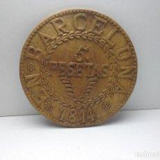Trofeos y medallas: MONEDA DE CINCO PESETAS TALLADA EN MADERA 1814 BARCELONA REALIZADA POR UN EBANISTA AÑOS 60/70. Lote 94320838