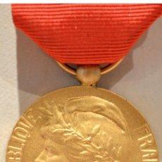 Trofeos y medallas: MEDALLA MERITO AL TRABAJO FRANCIA EXCELENTE CONSERVACIÓN. Lote 94582219