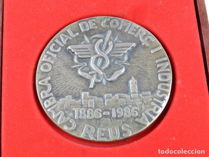 Trofeos y medallas: Medalla conmemorativa Reus 1886 - 1986, mide de diametro 9,2 cm. y pesa 326 gramos. Grosor: 5 mm. En - Foto 2 - 96570279