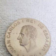 Trofeos y medallas: MEDALLA. RECUERDO NUMISMÁTICO PROCLAMACIÓN REY JUAN CARLOS I. PLATA DE LEY. AÑO 1976. Lote 101239251