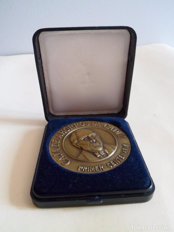 MEDALLA PRIMER CENTENARIO CAJA DE AHORROS DE CADIZ. BRONCE (Numismática - Medallería - Trofeos y Conmemorativas)