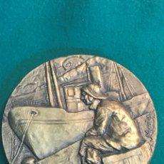 Trofeos y medallas: VE15- GRAN MEDALLA DE BRONCE POR -JOSE MARIA ACUÑA - MARINERO Y BARCA EN EL PUERTO DE GALICIA. Lote 103753427