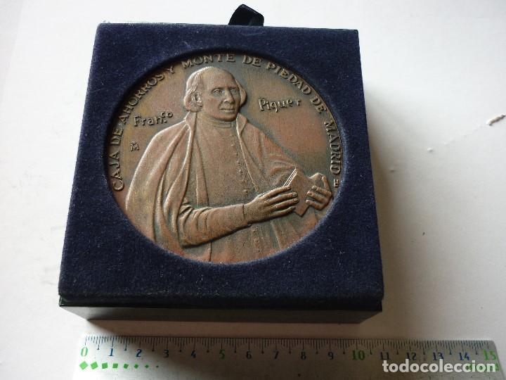 MEDALLA DEL III CENTENARIO DE LA CAJA DE AHORROS Y MONTE DE PIEDAD DE MADRID - FRANCO PIQUER (Numismática - Medallería - Trofeos y Conmemorativas)