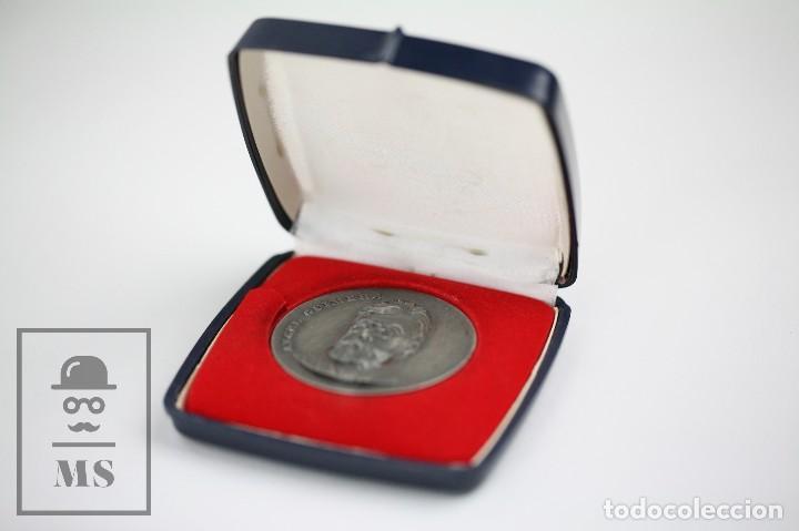 Trofeos y medallas: Medalla Conmemorativa - Ángel Guimerá. V Concurs Literari Bibiobus de J. Monfort. Barcelona, 1975 - Foto 3 - 109761139