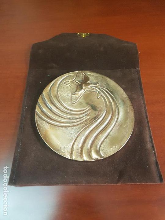 Trofeos y medallas: MEDALLA REMODELACION TERMINALES AEROPUERTO MADRID BARAJAS 1982 - CLAVO - CAT. ORO - 178/250 - Foto 3 - 115026419