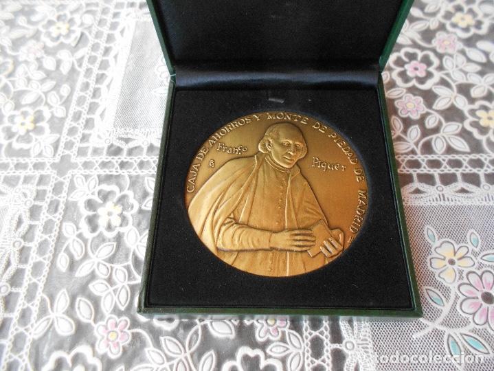 MEDALLA CENTENARIO DE FRANCO PIQUER CAJA DE AHORROS Y MONTE DE PIEDAD DE MADRID DIAMETRO 8 CMS CAJA (Numismática - Medallería - Trofeos y Conmemorativas)