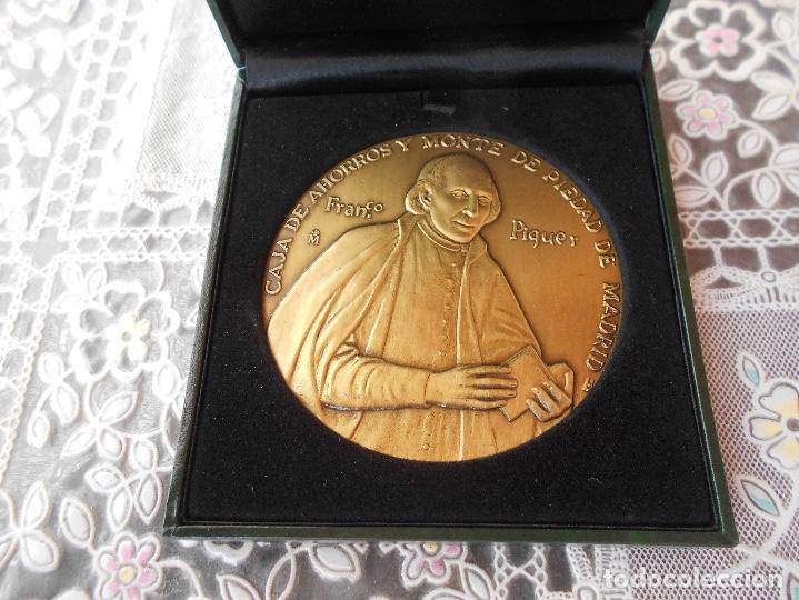 Trofeos y medallas: Medalla centenario de Franco Piquer Caja de ahorros y Monte de Piedad de Madrid Diametro 8 cms CAJA - Foto 2 - 118404347