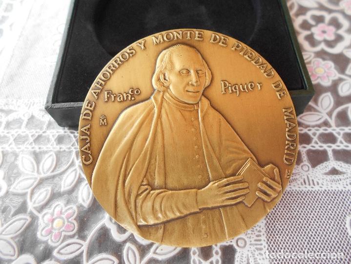 Trofeos y medallas: Medalla centenario de Franco Piquer Caja de ahorros y Monte de Piedad de Madrid Diametro 8 cms CAJA - Foto 4 - 118404347