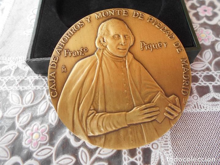 Trofeos y medallas: Medalla centenario de Franco Piquer Caja de ahorros y Monte de Piedad de Madrid Diametro 8 cms CAJA - Foto 5 - 118404347