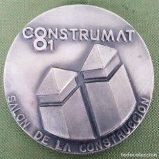 Trofeos y medallas: MEDALLA DE METAL PLATEADO. CONSTRUMAT. BARCELONA 1981. . Lote 120648991