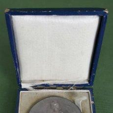 Trophies and Medals - MEDALLA DE METAL PLATEADO. VILLA DE PARIS. CAJA ORIGINAL. 1933. - 121019463