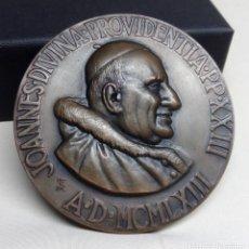 Trofeos y medallas: MEDALLA GRANDE DE BRONCE DEL PAPA JUAN XXIII, BASÍLICA ESPAÑOLA DE POBLET (1963) - MEDIDA 6'20 CM. Lote 123267443