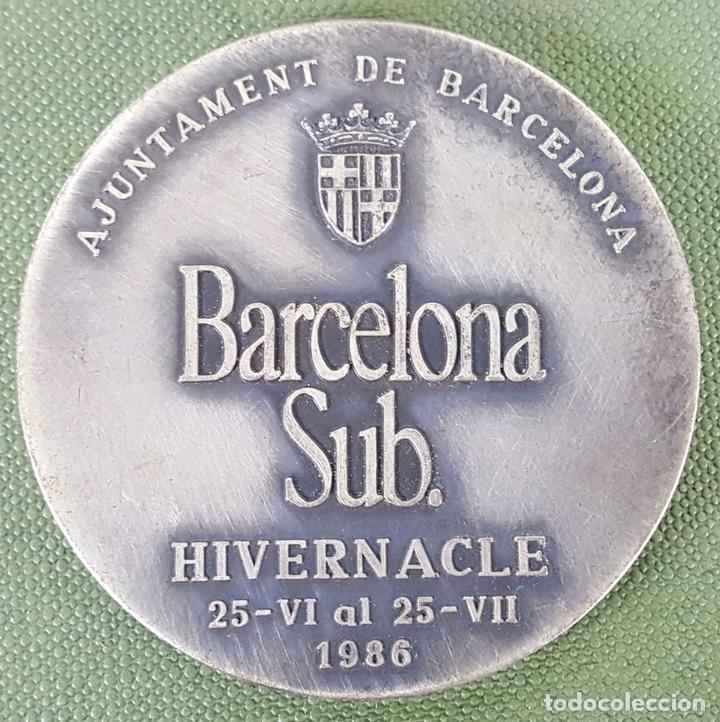 MEDALLA DE METAL PLATEADO. BARCELONA SUBTERRÁNEA. AYUNTAMIENTO DE BARCELONA. 1986. (Numismática - Medallería - Trofeos y Conmemorativas)