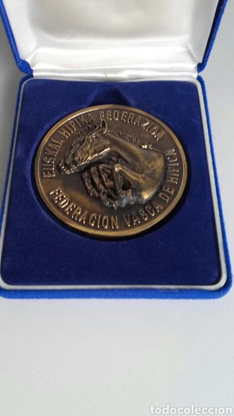 Trofeos y medallas: Espectacular MEDALLA HÍPICA en su estuche original. FVH. - Foto 3 - 123824642