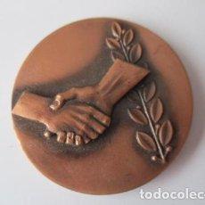 Trofeos y medallas: MEDALLA EN BRONCE PSOE EN RECONEIXEMENT ALS EX-COMBATENTS DE LA REPÚBLICA 1989 - 5 CM. Lote 125158583