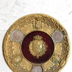 Trofeos y medallas: ANTIGUO PLATO HERALDICO DE BRONCE, CON MONEDAS REALES. Lote 126744443