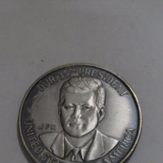 Trofeos y medallas: MONEDA CONMEMORATIVA DE PLATA DE J. F. KENNEDY. Lote 127441515