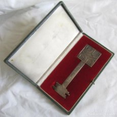 Trofeos y medallas: LLAVE CONMEMORATIVA. BANCO DE CRÉDITO LOCAL DE ESPAÑA. BRONCE BAÑADO EN PLATA. Lote 130979368