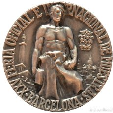 Trofeos y medallas: MEDALLA DE PLATA 1957 VALLMITJANA BARCELONA FERIA OFICIAL E INTERNACIONAL DE MUESTRAS. Lote 131072004