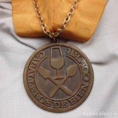 Trofeos y medallas: MEDALLÓN Y BANDA DE LOS CABALLEROS DE BIEN COMER. Lote 138028278