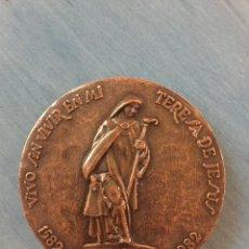 Trofeos y medallas: MEDALLA CONMEMORATIVA DEL 4º CENTENARIO DE SANTA TERESA DE JESÚS. CAJA DE AHORROS DE ÁVILA.. Lote 138527186
