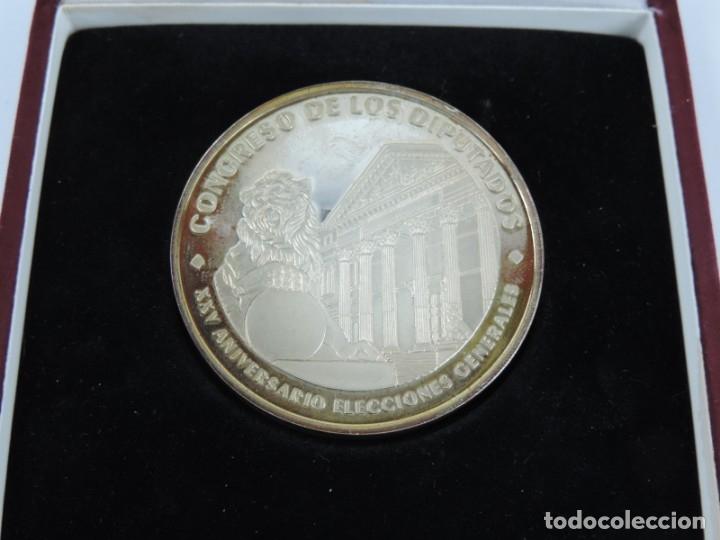 Trofeos y medallas: Medalla conmemorativa realizada en Planta del XXV Aniversario de las Elecciones Generales, en su est - Foto 3 - 141273198
