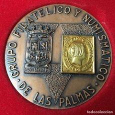 Trofeos y medallas: MEDALLA DE BRONCE CON SELLO DE ORO DEL GRUPO FILATÉLICO Y NUMISMÁTICO DE LAS PALMAS. Lote 145584598
