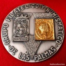 Trofeos y medallas: MEDALLA DE PLATA CON SELLO DE ORO DEL GRUPO FILATÉLICO Y NUMISMÁTICO DE LAS PALMAS. Lote 145587598