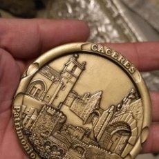 Trofeos y medallas: GRAN MEDALLA CONMEMORATIVA DE LA DECLARACIÓN DE CÁCERES PATRIMONIO DE LA HUMANIDAD 8 CM 190 GRAMOS. Lote 146010946