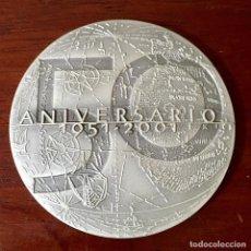 Trofeos y medallas: MEDALLA DE PLATA DEL 50 ANIVERSARIO DE LA CASA DE COLÓN 1951-2001, 50MM GRAVARTE. Lote 146216778