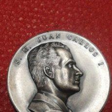 Trofeos y medallas: GRAN MEDALLÓN CONMEMORATIVO S.M. JUAN CARLOS I, REY DE ESPAÑA- 22 NOVIEMBRE 1975, RELIEVE. 5CM. Lote 146590000