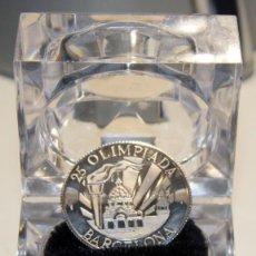 Trofeos y medallas: CURIOSA MEDALLA CONMEMORATIVA DE LOS 25 JUEGOS OLÍMPICOS EN BARCELONA 1992 CON ESTUCHE. TAMAÑO 28MM.. Lote 148670382