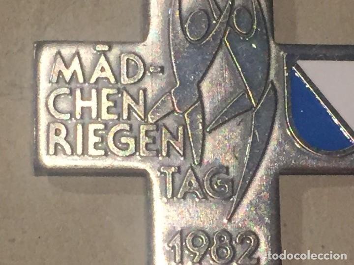 Trofeos y medallas: cuz medalla suiza dia de la mujer 1982 26x26mm - Foto 2 - 156567182