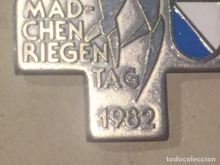 Trofeos y medallas: cuz medalla suiza dia de la mujer 1982 26x26mm - Foto 3 - 156567182