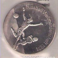 Trofeos y medallas: MEDALLA DE ALEMANIA MUNDIAL DE FÚTBOL DE 1974. EN SU BOLSITA ORIGINAL SELLADA. PLATA. PROOF. (MD6). Lote 159653766