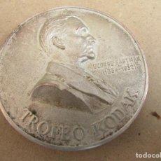 Trofeos y medallas: MEDALLA PLATEADA TROFEO KODAK - GEORGE EASTMAN - 1834.1932. Lote 165099046