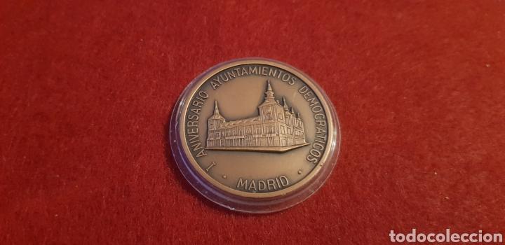 MEDALLA: 1 ANIVERSARIO AYUNTAMIENTO DEMOCRÁTICOS MADRID. (Numismática - Medallería - Trofeos y Conmemorativas)