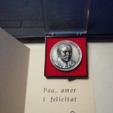 Trofeos y medallas: MEDALLA A PONS CIRAC MAESTRO DE LA TALLA EN CRISTAL CON FELICITACION NAVIDEÑA. Lote 166595148