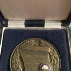 Trofeos y medallas: ANTIGUA MEDALLA CLUB PESCA PORTO OPORTO ESMALTADA. Lote 167109092