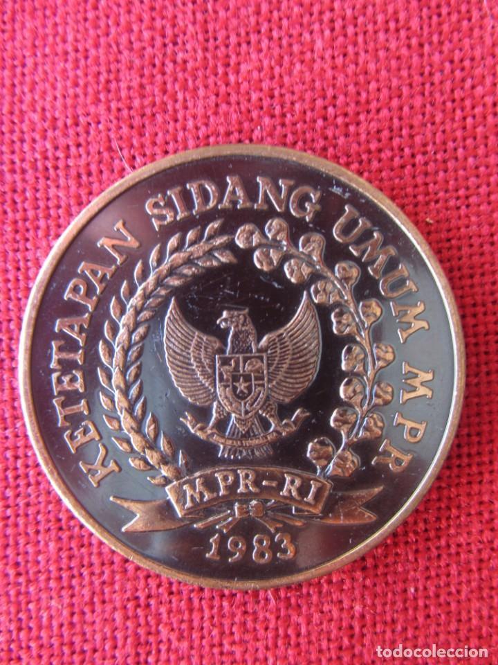 Trofeos y medallas: MEDALLA CONMEMORATIVA. PRESIDENTE DE INDONESIA 1983 - Foto 2 - 169235036