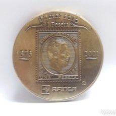 Trofeos y medallas: MEDALLA CONMEMORATIVA DEL PRIMER Y ULTIMO SELLO 2001. Lote 172738472