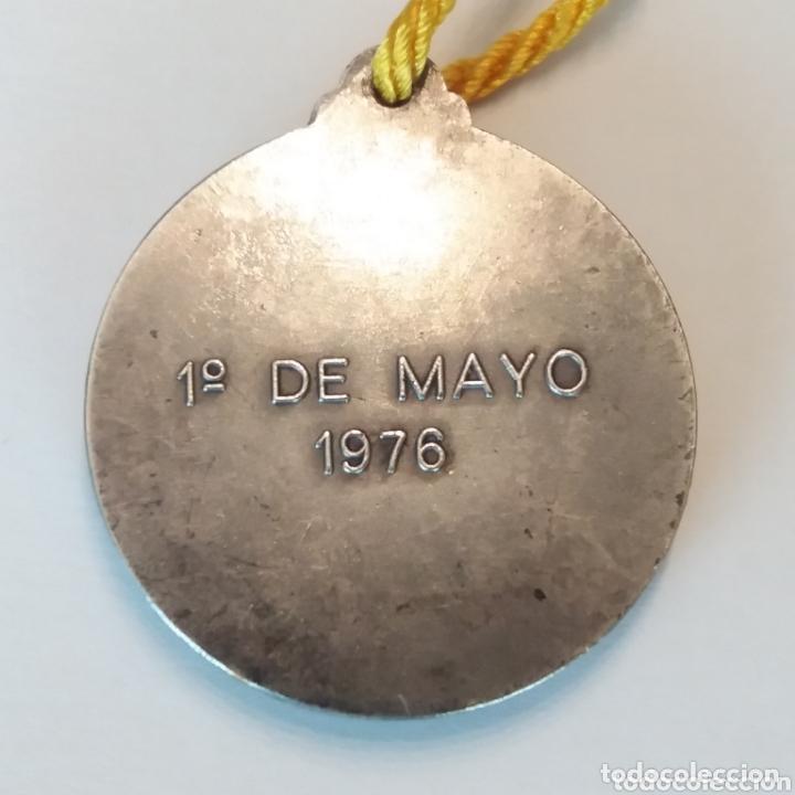 Trofeos y medallas: Medalla entregada por SM Juan Carlos a los trabajadores de SEAT 1976 sindicato Educación y Descanso - Foto 2 - 173100482