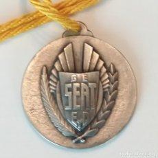 Trofeos y medallas: MEDALLA ENTREGADA POR SM JUAN CARLOS A LOS TRABAJADORES DE SEAT 1976 SINDICATO EDUCACIÓN Y DESCANSO. Lote 173100482